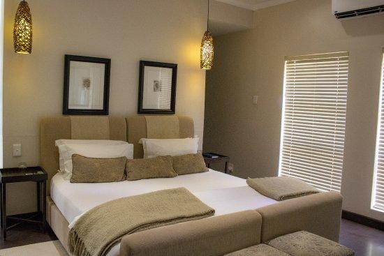 Schlafzimmer mit begehbarem Kleiderschrank und Minibar - Picture .