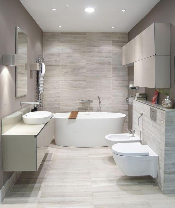Schöne moderne Badezimmer-Designs mit weichen und neutralen Farben .