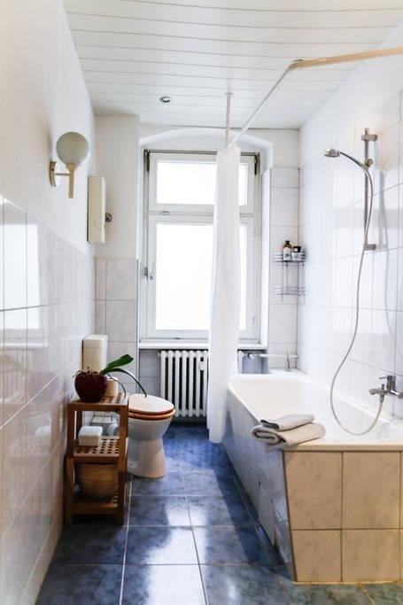 Schönes Badezimmer in Berliner Altbaugebäude mit hohen Decken .