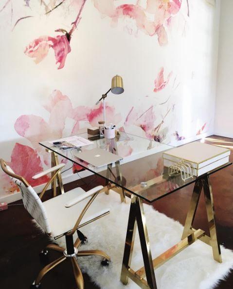 Ein Glam Stall-Tisch mit Messing-Beine und eine Glas-Tischplatte .