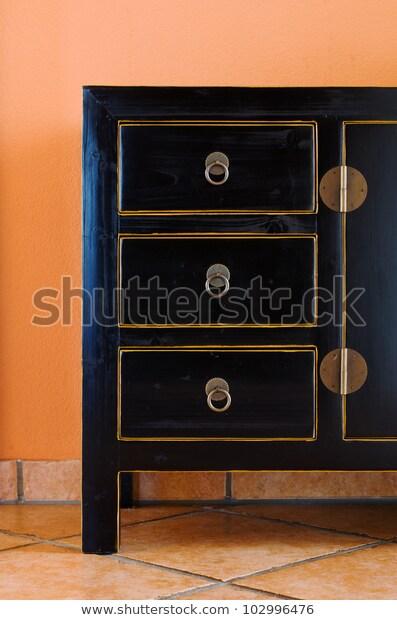 Schwarze Kommode Auf Fliesenboden Terracotta Stock Photo (Edit Now .