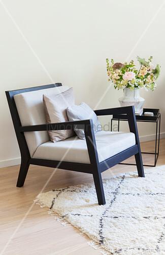 Schwarzer Sessel mit heller … – Bild kaufen – 12476552 ❘ living4med