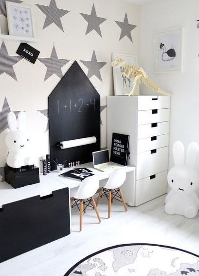 Schwarzweiss-Kinderzimmer | Miffy Lampe und OYOY The World Teppich .