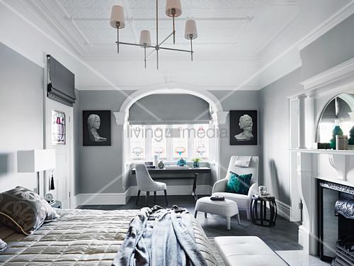 Elegantes Schlafzimmer mit Kamin, Sessel … – Buy image – 12573658 .