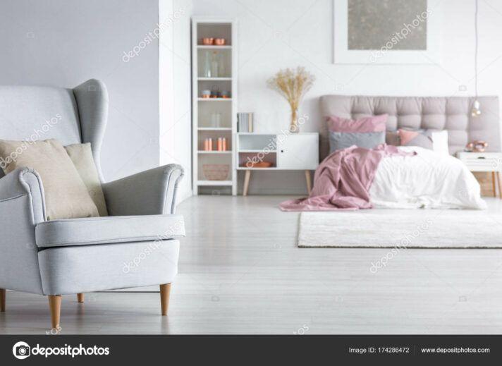 Sessel Schlafzimmer Offenes Schlafzimmer Mit Stilvollen Sessel .