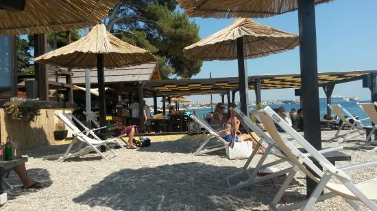 Sonnenschirme mit Liegen - Picture of Beach & Cocktail Bar Bamboo .