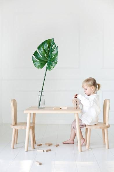 Children's table and 2 chairs / natural wood / chaise pour enfants .