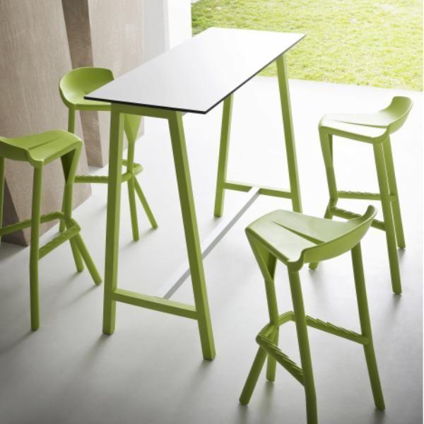 Stehtisch und Stühle – eine gute Option für kleine Räume .