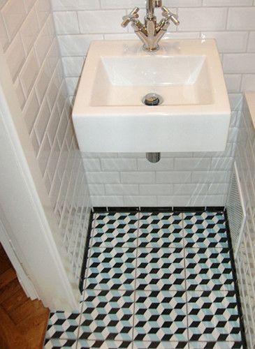 Badezimmer mit Metro-Fliesen (Wand) und Zementfliesen (Boden .