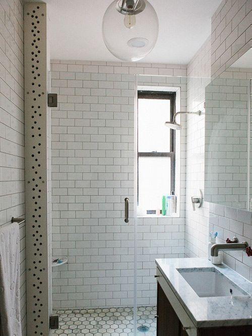 weiße rechteckige Fliesen subway im Badezimmer unter der Dusche .