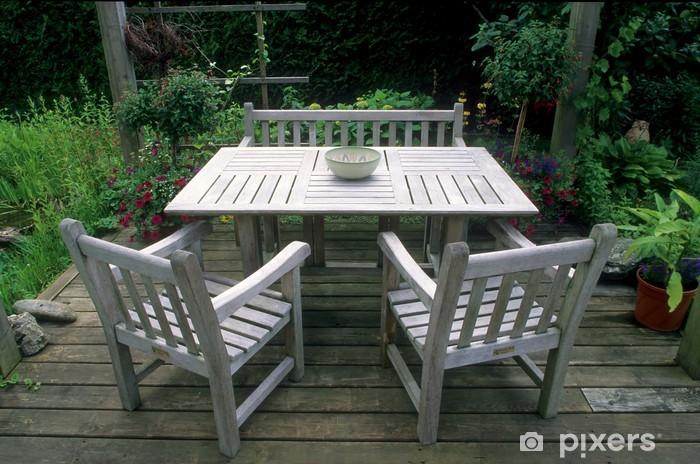 Tisch, Sitzbank und Stühle aus Teak-Holz im Garten Wall Mural .