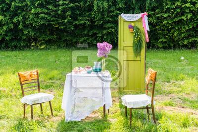 Dekoriert tür tischstühle im garten fototapete • fototapeten .