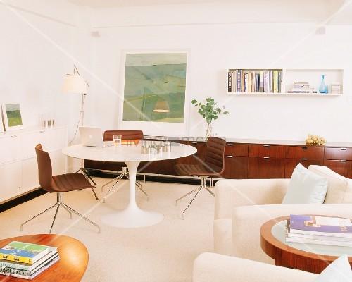 Wohnzimmer im Retrostil mit Tulpentisch … – Bild kaufen – 11249312 .