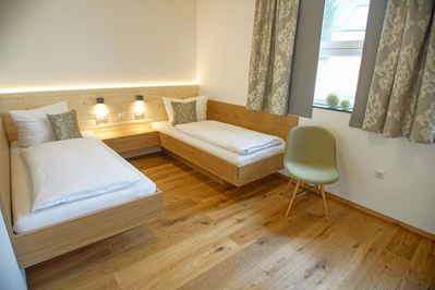 Ferienchalet mit großer überdachter Veranda mit Lounge Möbel .