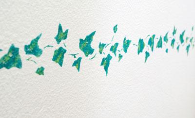 Wandschablonen: Mit Wandfarben Muster auf die Wand malen .