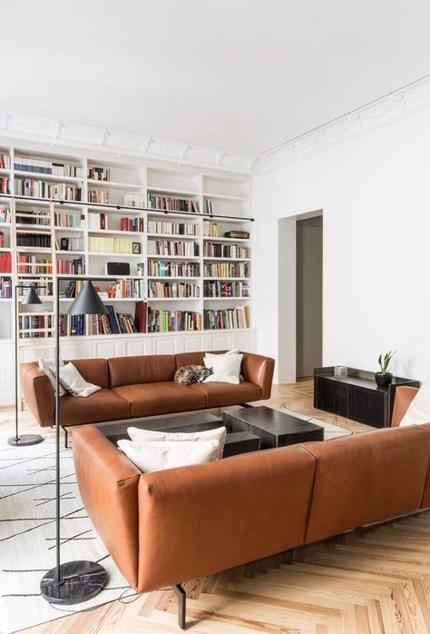 Wohnzimmer Ledersofas cognac Teppich weiß geometrisches Muster .