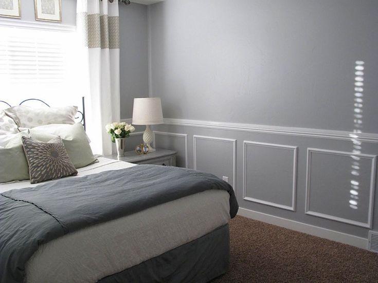 Weiße Wandkasetten aus Stuck in einem grauen Schlafzimmer - #aus .