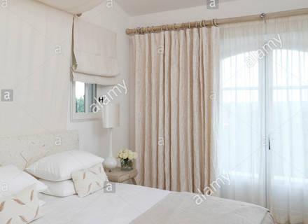 Weiß Romantisches Schlafzimmer In Einem Rustikalen Holzhaus .