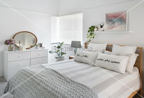 Schlichtes, weisses Schlafzimmer mit … – Bild kaufen – 12409607 .