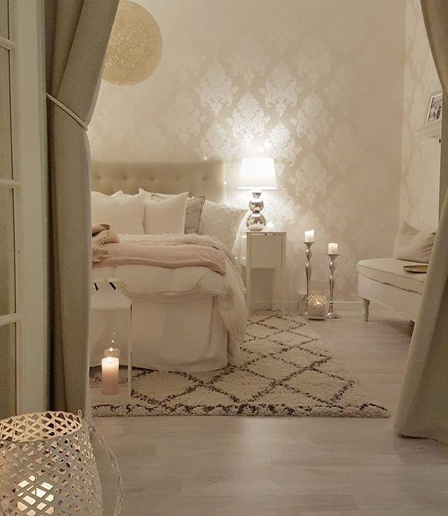 Wunderschöne cremetöne und weiße Bettwäsche im Schlafzimmer .