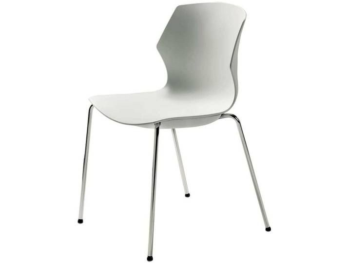 Weißer Stuhl aus Kunststoff verchromtem Metallgestell .