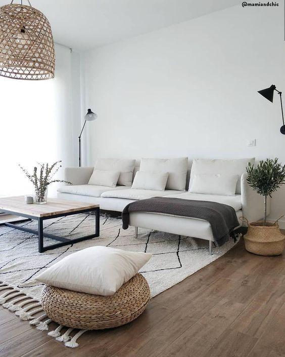 Modernes Wohnzimmer, skandinavisches Design, natürliche Elemente .
