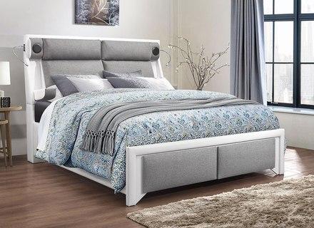 Weiße Kissen Auf Dem Bett Mit Gepolstertem Kopfteil In Grau .