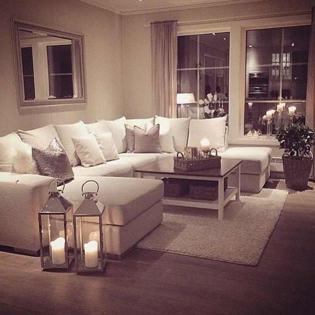 Achtung: Decke Weiß, Wand in hellem Beige. so wirkt das weiße Sofa .