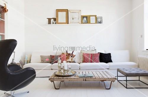 Weißes Sofa und recycelter Couchtisch im … – Bild kaufen .