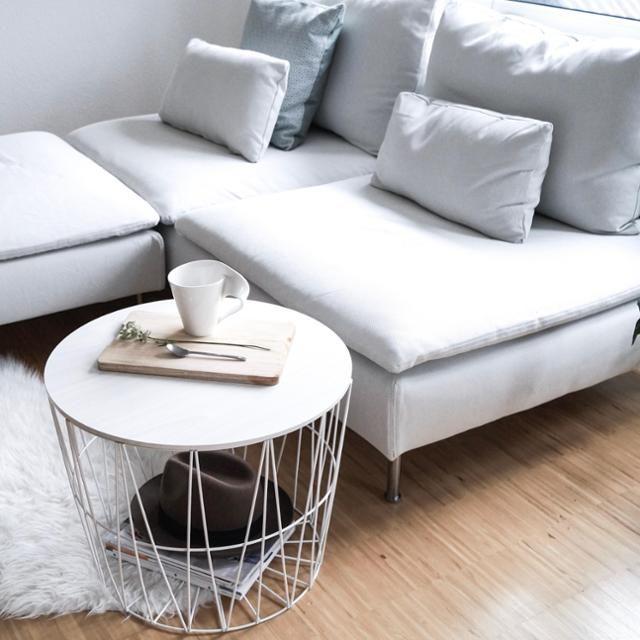 WEißes IKEA-Södermalm-Sofa im Wohnzimmer mit COUCHtisch Korb .