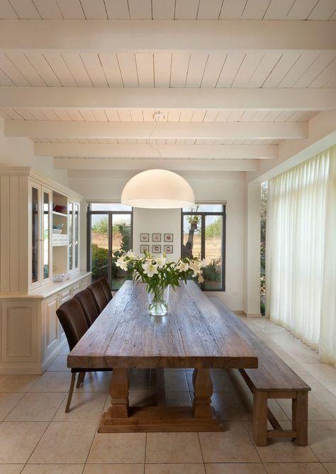 Esstisch mit Bank und Stühlen Blumen Fenster Lampe .