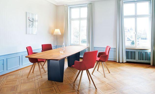 Zeitgenössische Möbel: Tisch, Stühle und Bänke von Girsberger .
