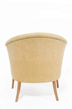 Zeitgenössische Hellbraune Sessel Auf Weißem Hintergrund .