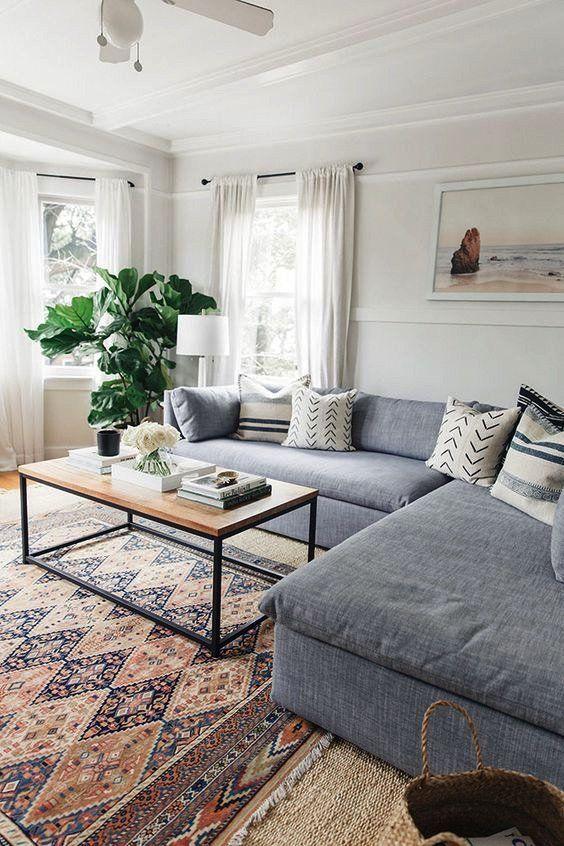große Schnittcouch im Wohnzimmer mit offenem Raum und Teppich .