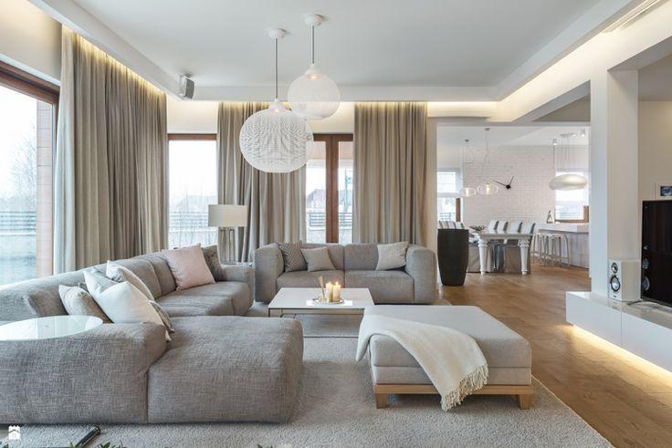 Zeitgenössisches Wohnzimmer mit indirekter Beleuchtung .
