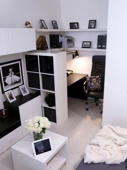 Zeitgenössisches, superkleines Heimbüro mit Möbeln von IKEA .