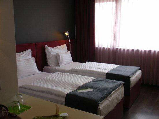 Zwei Einzelbetten die sich zu einem Doppelbett zusammenschieben .