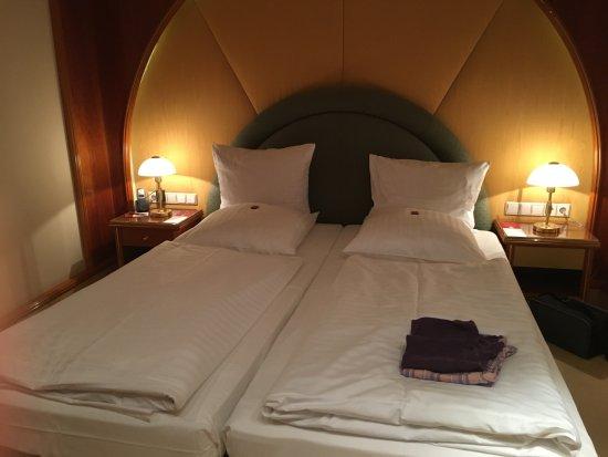 Schlafbereich mit zwei Einzelbetten - Picture of Savoy Hotel .