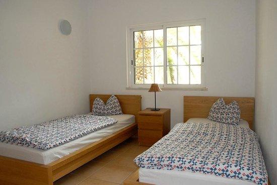 großzügiges Zimmer mit zwei Einzelbetten, maximal 4 Gäste teilen .